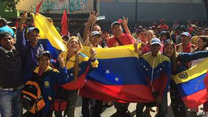 Supporters of Venezuelan President Nicolás Maduro take to the streets of Caracas to counter an opposition march, April 19, 2017.  (A. Algarro/VOA)