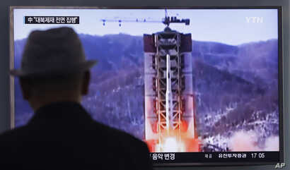 A man watches a TV news program showing a file footage of North Korea's rocket launch at Seoul Railway Station in Seoul, South Korea, April 28, 2016.
