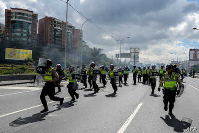 Riot police face opposition activists marching in Caracas, Sept. 1, 2016. Backers of Venezuela's government and opposition staged massive marches over a referendum to recall President Nicolas Maduro.