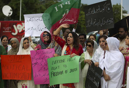 Supporters of Pakistan's political party Tehreek-e-Insaf protest against curbing of freedom of expression through social media in Islamabad, Pakistan, May 22, 2017.