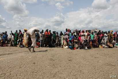 People line up for food distribution in Bentiu, South Sudan, May 30, 2014. (Benno Muchler/VOA)