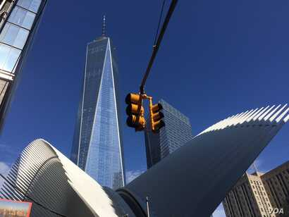"""Next to location of the original World Trade Center towers, New York's """"One World Trade Center"""" stands at 541 meters — the tallest building in the United States, New York, Sept. 11, 2016. (Photo: G. Tobías/VOA)"""
