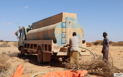 FAO trucks deliver drinking water to thirsty livestock, in the Puntland desert, Somalia, March 2017. (N. Wadekar/VOA)