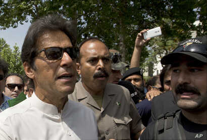 Pakistani opposition leader and Chief of the Pakistan Tehreek-e-Insaf party, Imran Khan, arrives at the Supreme Court, in Islamabad, April 20, 2017.