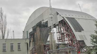A new sarcophagus (show under construction in 2014), the world's largest movable object, is to be placed over the Chernobyl plant in 2017, March 20, 2014. (S. Herman/VOA)
