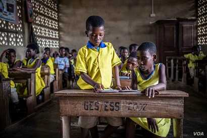 Children in Ghana use their e-readers in class to access Worldreader's digital library. (Worldreader)