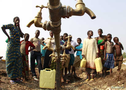 Congolese refugees, displaced by fighting between the Congo army and rebel group Allied Democratic Forces (ADF) last week, gather around dry water taps at Bukanga transit camp in Bundibugyo town camp, 376km (238 miles) southwest of Kampala July 17, 2...