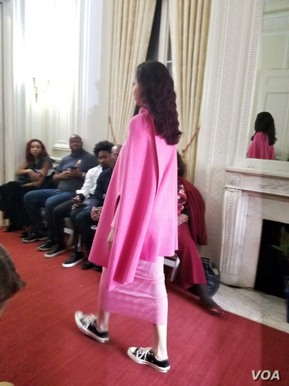 """Model wears fuschia knitwear ensemble from Haitian designer Victor Glemaud's collection at the Haitian Embassy's """"Diplomacy By Design"""" event in Washington, D.C., Feb. 23, 2018. (Photo: S. Lemaire / VOA)"""