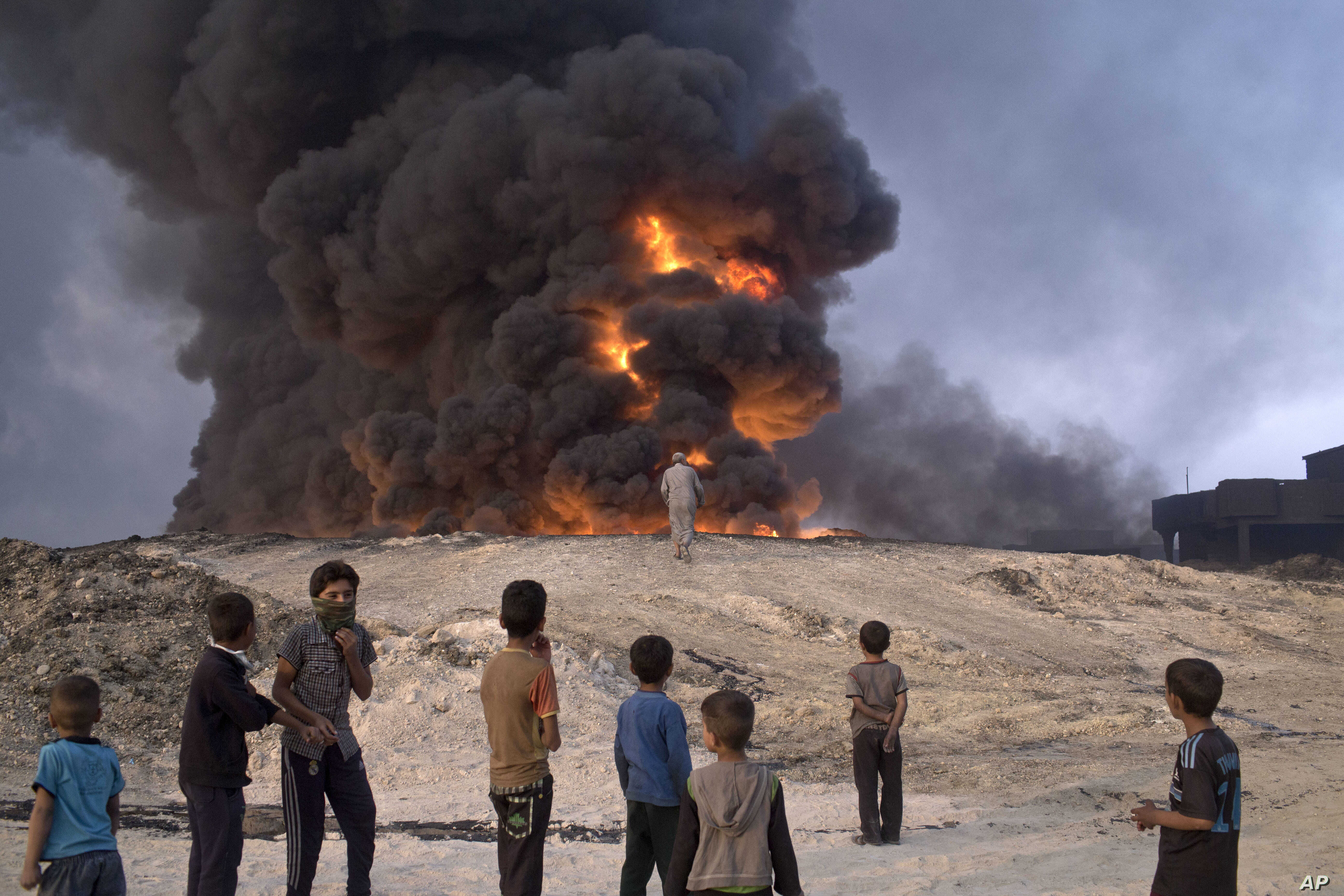 Islamic State fighters torched a sulfur plant in Qayyarah, about 31 miles (50 km) south of Mosul, Iraq, sending a cloud of toxic fumes into the air that mingled with oil wells the militants had lit on fire to create a smoke screen.