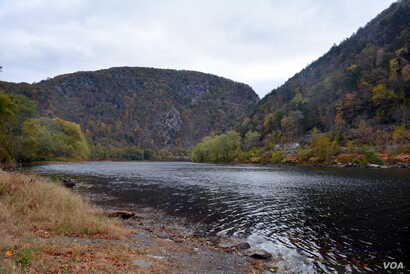 The Delaware River snakes between Mount Minsi (left) and Mount Tammany (right), creating the Delaware Water Gap.