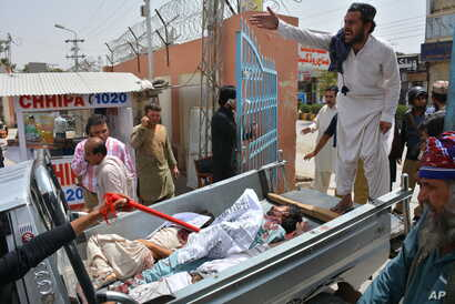 Volunteers rush injured persons to a hospital in Pakistan's southwestern city of Quetta, July 25, 2018, after a suicide bomber struck outside a crowded polling station.