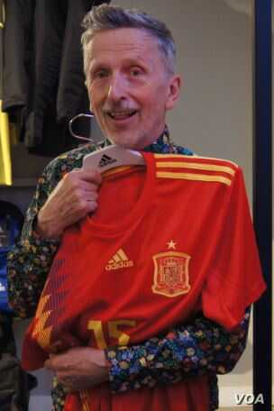 Simon Doonan, author of 'Soccer Style,' displays Spain's World Cup jersey, with its asymmetrical stripes on the front. (A. Phillips/VOA)