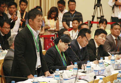 Myanmar Peace Talk: FILE - Gen. Samlut Gun Maw, left, vice chief of the staff of Kachin Independence Army (KIA), speaks during their peace talk with Myanmar government peace making group at Myanmar Peace Center Tuesday, March 17, 2015, in Yangon, Mya...