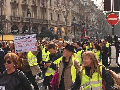 """The 19th edition of the """"yellow vest"""" protests in Paris was largely peaceful. (L. Bryant/VOA)"""