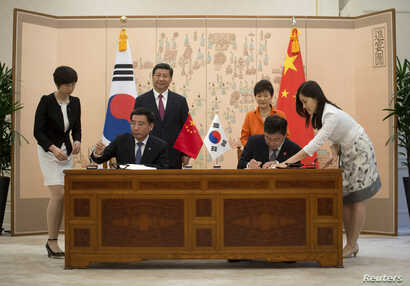 China's President Xi Jinping and his South Korean counterpart Park Geun-hye attend a signing ceremony after a summit meeting at the Blue House in Seoul, July 3, 2014.