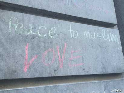 Three days after the attack, locals continue to write chalk messages on walls and sidewalks, mostly expressing solidarity with the victims and their fellow countrymen in Brussels, March 25, 2016. (H. Murdock/VOA)