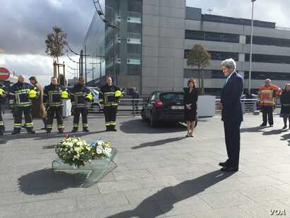 US Secretary of State John Kerry lays a wreath at the Brussels airport in honor of the victims of Tuesday's terror attacks, March 25, 2016. (C. Saine / VOA)