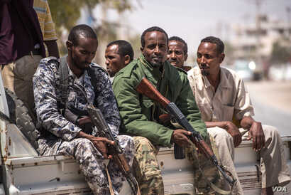 Puntland police ride on the back of a pick-up truck outside police headquarters in in Bossaso, Somalia, March 24, 2018. (J. Patinkin/VOA)