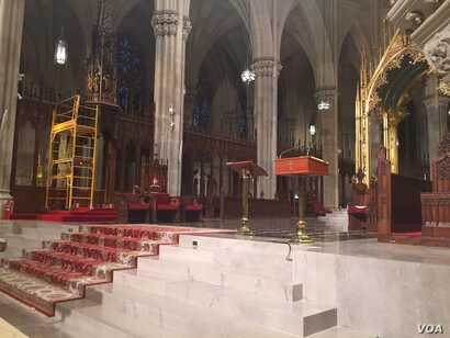 View of altar at St. Patrick's cathedral in New York city, Sept. 19, 2015. (Photo: S. Lemaire / VOA)