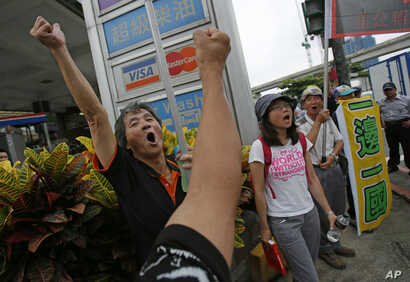 Pro-Taiwan supporters shout slogans to denounce the visiting Zhang Zhijun, minister of Beijing's Taiwan Affairs Office, as he meets with officials at the city hall in New Taipei City, Taiwan, June 26, 2014.