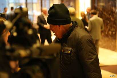 A man chats with the press pool at Trump Tower in New York, Dec. 12, 2016. (R. Taylor/VOA)