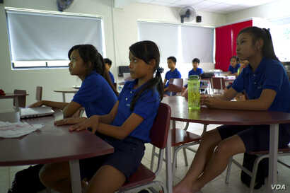 Students listen during a presentation on creating web slideshows during a class at the Liger Learning Center. (Dene-Hern Chen for VOA News)