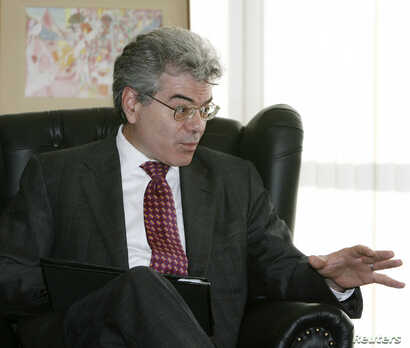 U.S. White House Coordinator for Weapons of Mass Destruction Gary Samore is seen talking with Brazil's Foreign Minister Celso Amorim (not in picture) during a meeting  in Brasilia, Aug. 7, 2009.