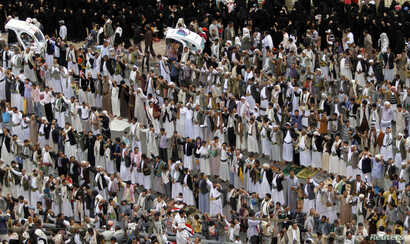 Pro-government protesters chants slogans after they perform the weekly Friday prayers during a rally in Sanaa, Yemen, Aug. 29, 2014.