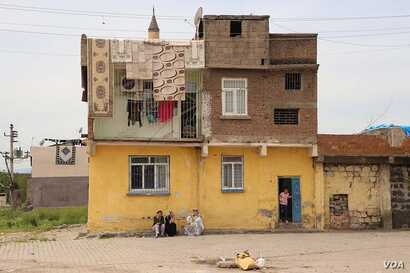 Residents of one home in the Sur's Ali Pasa neighborhood linger despite to Monday's deadline to vacate. While they knew they probably would have to move, they were only notified for sure late last week. (M. Bozarslan/VOA)