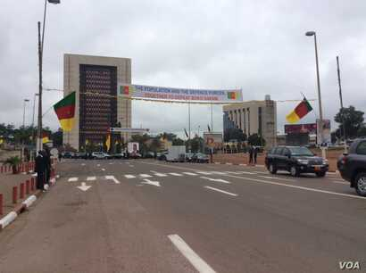 This banner across the National Day parade route in Yaounde, Cameroon, reflects citizens' appreciation for soldiers' efforts against Boko Haram, May 20, 2016. (M. Kindzeka/VOA)