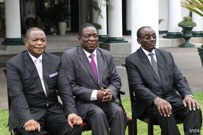 President Emmerson Mnangagwa (center) flanked by his just sworn in vice presidents at the State House, Harare, 28 Dec. 2017.