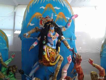 An idol of Hindu goddess Kali is vandalized in Serajganj, Bangladesh, Nov. 6, 2016. According to the Hindu rights activists, this year more than 550 cases of attacks on Hindu temples and idols have taken place in Bangladesh. (S. Newaz/VOA)