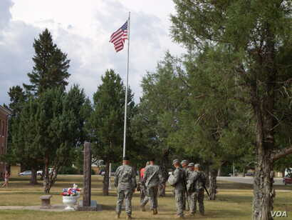Members of the South Dakota's 196th Army National Guard Regiment conduct a retreat ceremony at Ft. Meade, South Dakota. (VOA/J. Kent)