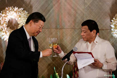 China's President Xi Jinping and Philippine President Rodrigo Duterte toast during a State Banquet at the Malacanang presidential palace in Manila, Philippines, Nov. 20, 2018.