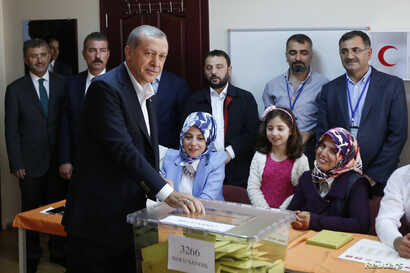 Turkish President Tayyip Erdogan cast his ballot at a polling station during the parliamentary election in Istanbul, June 7, 2015.