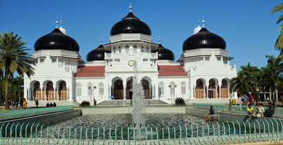 The Baiturrahman Grand Mosque, the most prominent symbol of Aceh, was built by the Dutch in the late 19th century to replace a mosque they had earlier destroyed during a war, Dec. 5, 2014. (Maimun Saleh/VOA)