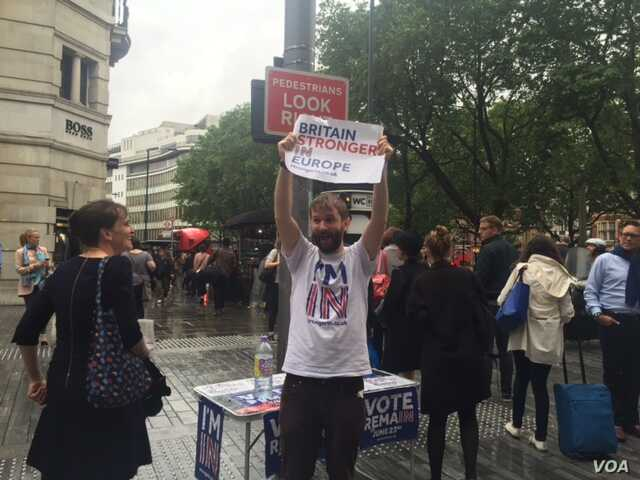Campaigns kept up their battle to win undecided voters until the last hours before the polls closed.  Downpours and flooding in the London area made it difficult for some commuters to reach their polling stations late Thursday. (L. Ramirez/VOA)
