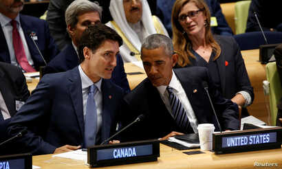 U.S. President Barack Obama talks with Canadian Prime Minister Justin Trudeau (L) at the Refugee Summit  during the United Nations General Assembly in New York, Sept. 20, 2016.