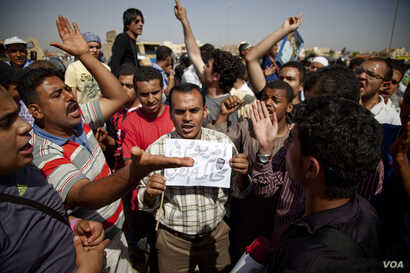 Anti-Mubarak protesters chant in front of a Cairo courthouse, awaiting a verdict in the trial of former Egyptian President Hosni Mubarak, June 2, 2012. (VOA/Y. Weeks)