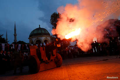 A cannon fires a ceremonial shot to start iftar, the evening meal for breaking fast, on the first day of the holy fasting month of Ramadan at Sultanahmet Square in Istanbul, Turkey, May 27, 2017.