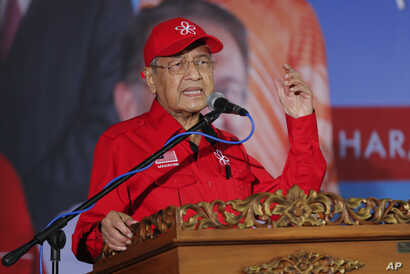 Malaysian Prime Minister Mahathir Mohamad delivers his speech during a rally for Anwar Ibrahim in Port Dickson, Malaysia, Oct. 8, 2018.