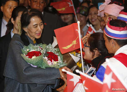 Burmese citizens residing in South Korea greet Aung San Suu Kyi upon her arrival at a hotel in central Seoul, January 28, 2013.