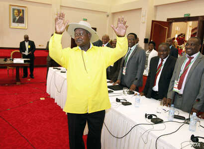 Ugandan President, Yoweri Museveni, , centre, gestures to delegates attending the Burundi peace talks, at Entebbe State House about 42 kilometers east of Uganda capital Kampala, Dec. 28, 2015.