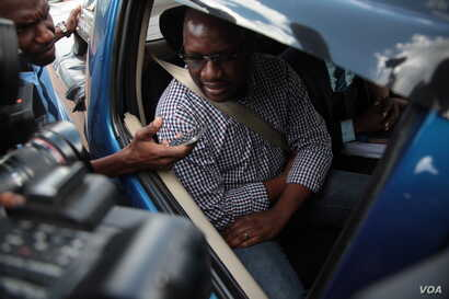Pastor Evan Mawarire is seen in a vehicle after being freed on bail in Harare, Zimbabwe, Feb. 9, 2017. (S. Mhofu/VOA)