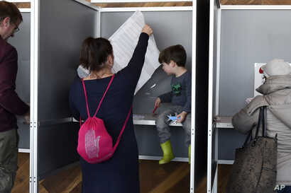 People casts their vote for the Dutch general election in a polling station on the twentieth floor of The A'dam Tower in Amsterdam, Netherlands, March 15, 2017.