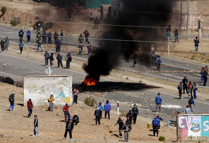 Independent miners block a main highway during a protest against Bolivia's President Evo Morales' government policies, in Panduro south of La Paz, Bolivia, Aug. 25, 2016.