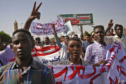 "Sudanese protesters gather for a ""million-strong"" march outside the army headquarters in the capital Khartoum, April 25, 2019."