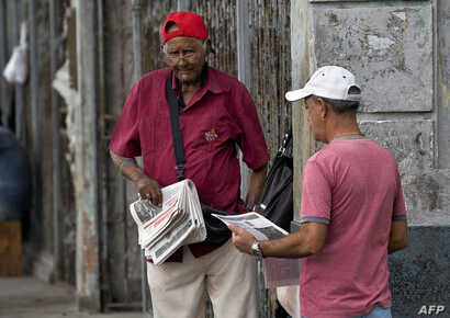 A vendor sells newspapers in a street of Havana, April 5, 2019. A drastic reduction in the circulation of Cuban state newspapers this week awakened the specter of the 90's crisis, amid the shortage of basic goods, the bad news from Venezuela and the ...