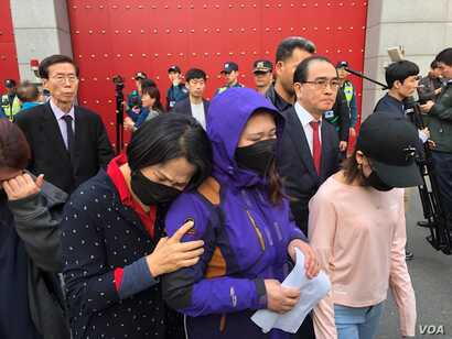 The mother of a detained North Korean defector (blue jacket) attends a protest outside China's embassy in Seoul, South Korea, April 30, 2019. (B. Gallo/VOA). The event was organized by former North Korean diplomat Thae Yong Ho (navy suit, red tie)....