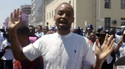 Tapiwa Mungofa from the Zimbabwe Hospital Doctors Association speaks to his fellow workmates after delivering a petition to the government in Harare, Sept. 16, 2019. (C. Mavhunga/VOA)